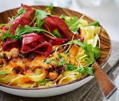 Den här pastan serverar du med en härlig paprikasås. Fräst lök, bönmix och paprikacrème är några av ingredienserna som gör paprikasåsen fantastisk god. Innan servering blandar du pastan med paprikasåsen för att sedan toppa med smakfull bresaola och rucola.