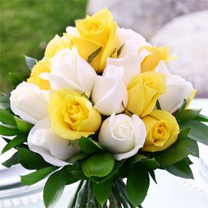 white and yellow roses bouquet - Je, for a second, I thought they were tulips! :)