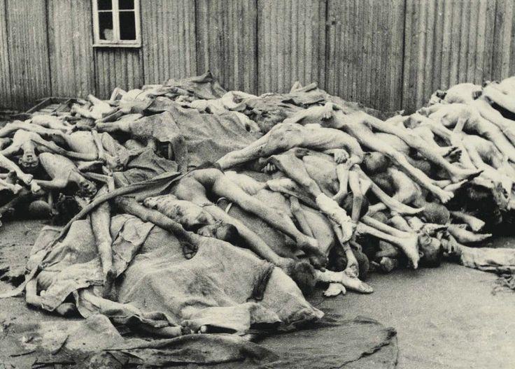 <p>Fotografía tomada el día de la liberación de Mauthausen en la que se ve a cientos de muertos (Francisco Boix). </p>