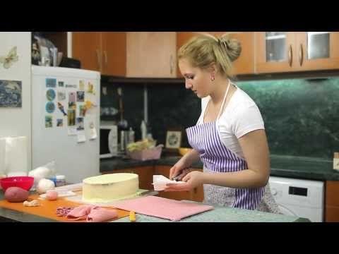 Ostravské Dortíky - Díl druhý - Ukázka práce  s cukrovou hmotou a se silikonovou formou a struktur folií, výroba dortové podložky, mašličky a knoflíčků