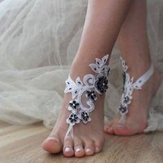 Dentelle blanche, fleurs noires, mariage sandales aux pieds nus pied plage
