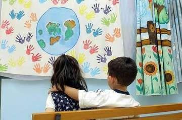 Bimbi travestiti da bambine e viceversa: negli asili i bimbi invitati a toccarsi e a travestirsi