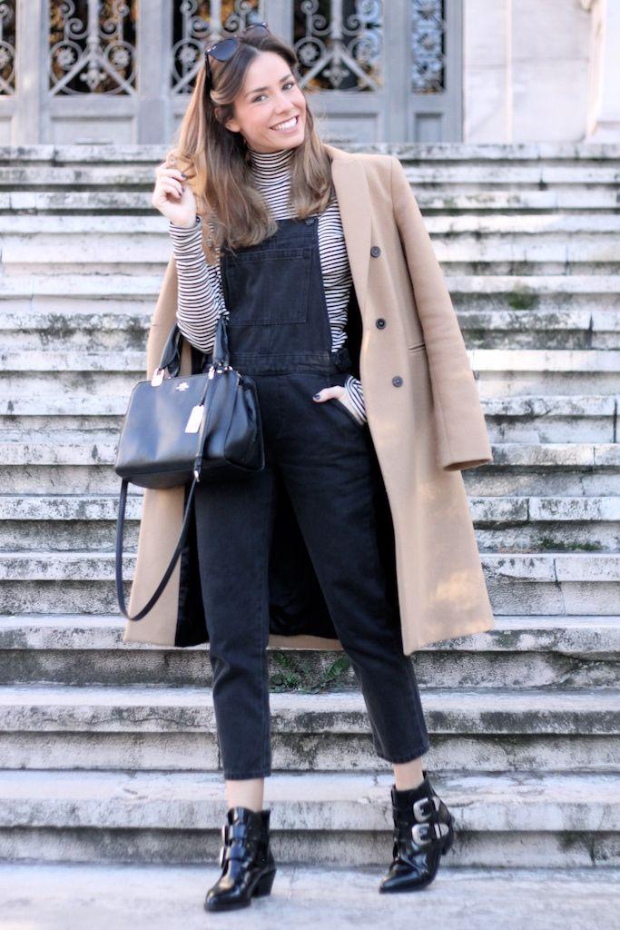 Abrigo/coat: Zara. Peto/overall: Topshop. Camiseta/tee: Brandy Melville. Botines/booties: Bimba&Lola. Bolso/bag: Coach. Gafas de sol/sunnies: Ray-Ban. Fotos/pics: Patricia Reyero (@patire9).