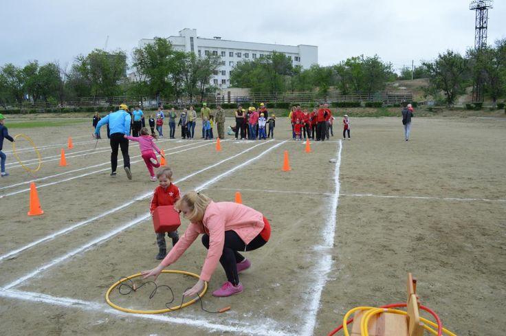 Мама, папа, я — спортивная семья. В Волгограде в рамках празднования международного Дня семьи прошли соревнования в поддержку детей с нарушением слуха. В состязаниях приняли участие 17 семей из Вол…