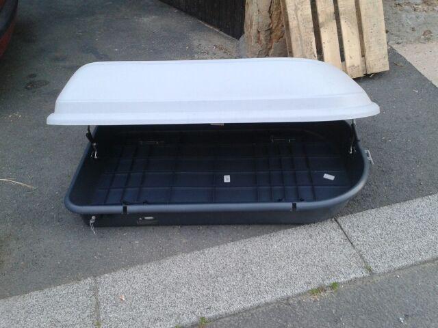 Location coffre de toit parfait état, grande capacité (320 litres). Magnifique coffre de toit à louer exclusivement sur www.placedelaloc.com !