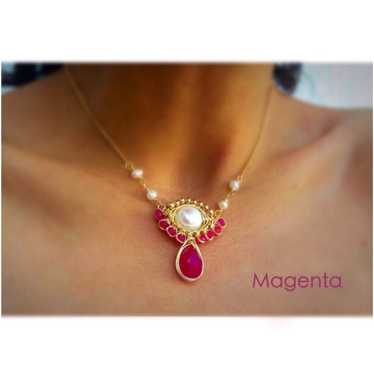 Collar hecho en México de piedras naturales y chapa de oro! Calcedonia, perla y jade.