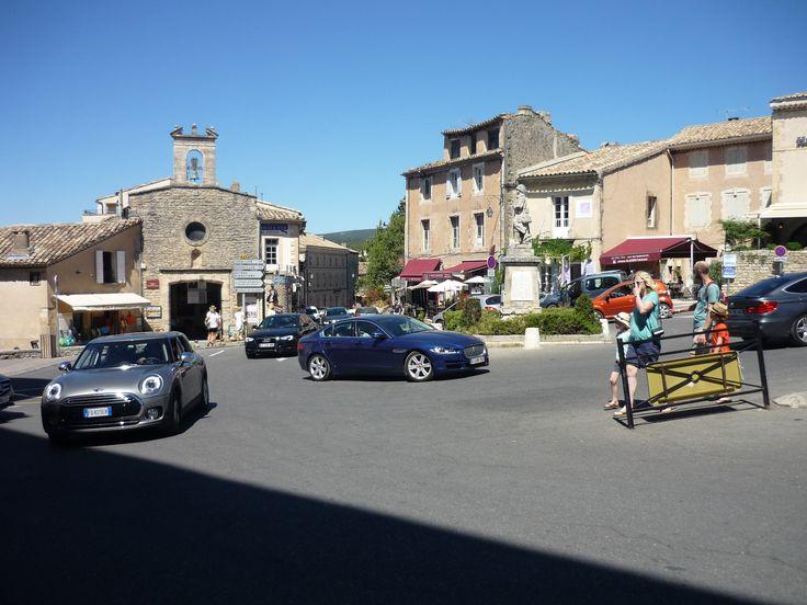 Vesnice Gordes je položena na jednom z vrchů pohoří Monts de Vaucluse, které se také nazývá Malý a Velký Luberon. Je přibližně uprostřed departementu Vaucluse. Vládne zde středomořské klima. Gordes leží asi tři kilometry východně od cisterciáckého kláštera Sénanque, který je známý svou románskou architekturou a pěstováním levandule.