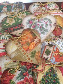Estampas natalinas, cores verde e vermelho....e muito... muito dourado!   Os enfeites vão da porta de entrada a uma linda mesa decorada....
