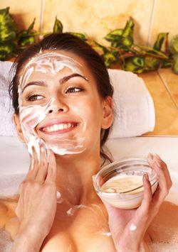 Consejo #3 para evitar la aparición de arrugas a temprana edad. Emplea ACEITE DE ALMENDRAS: Para retardar las arrugas del rostro es importante utilizar aceite de almendras. Para ello hay que batir una clara de huevo a punto de nieve y agregarle una cucharada de miel con 20 gotas de aceite de almendras. Luego de mezclar, aplica sobre tu cutis y tu cuello, después de 30 minutos enjuaga con abundante agua tibia.