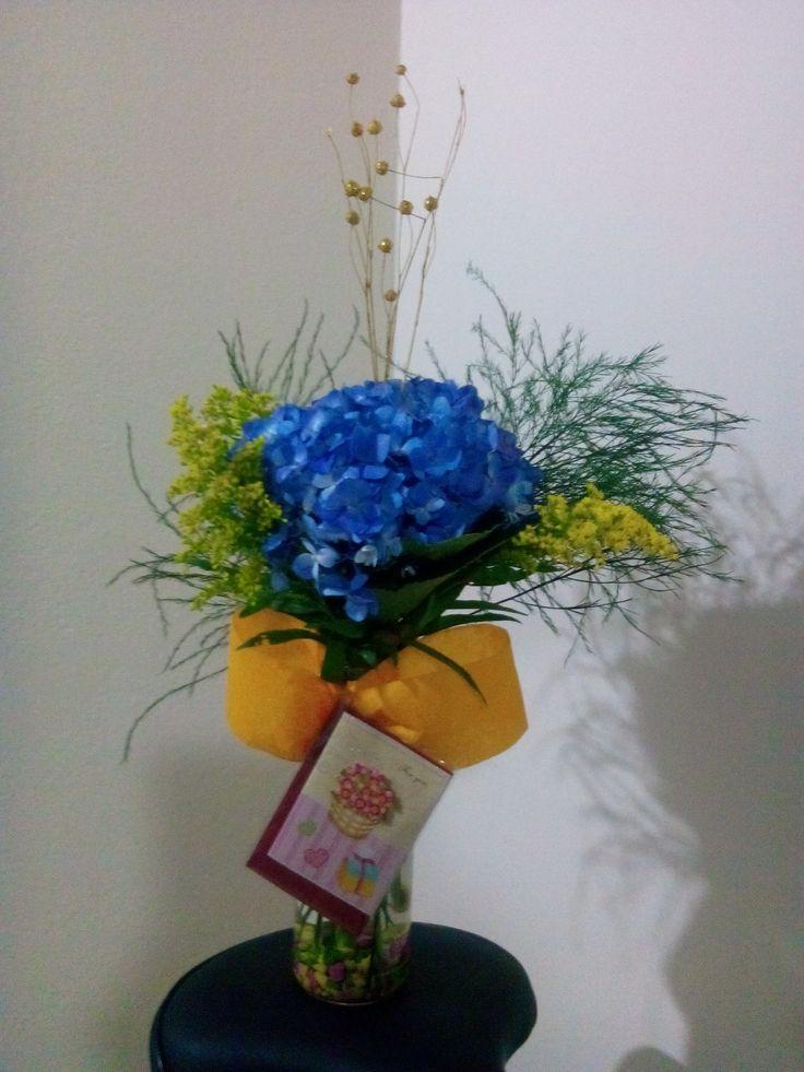 Arreglos florales, hortensia azul, solidago, rusco, follaje.