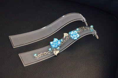 Armbandendisplay golfje, ideaal voor foto's maken. Sieraden display, armband presenteren.