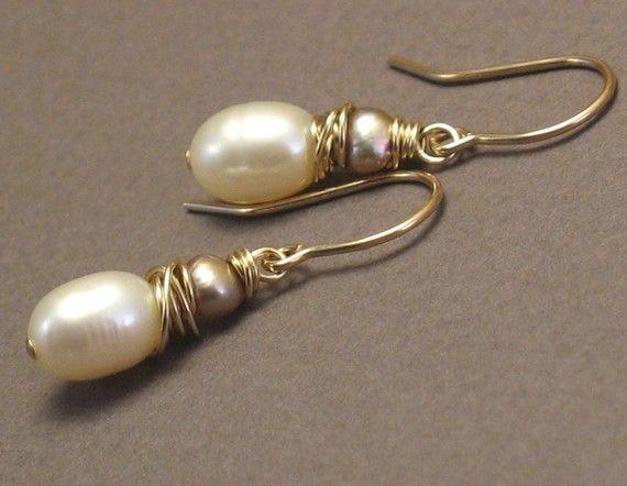 Diese wunderschöne handgefertigte Ohrringe kombinieren perfekte Elfenbein Perlen und kleine barocke Perlen in einer warmen goldenen Champagner Farbe. Draht gewickelt von Hand auf 14 k Goldfill Draht und von französischen Ohrhaken hängen, sind diese Ohrringe, feminin und elegant. Ideal für Brautmode und Brautjungfern, funktioniert dieses klassischen Farbschema mit Natur-, Bio- und erdigen Farben, sondern auch elegante und formale Hochzeiten. Die süßesten Perlenohrringe, und eines meiner…