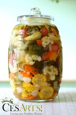 Vitrolero con verduras encurtidas.tipico de las torterias.
