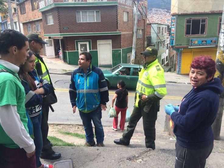 Policía Metropolitana y Aguas de Bogotá realizan sensibilización sobre Comparendo Ambiental a los comerciantes del barrio Guacamayas, en la carrera 2B Bis con calle 38 sur