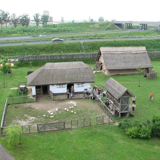 M3 ArcheoPark, Polgár http://www.turabazis.hu/latnivalok_ismerteto_4653  A pihenőparkban ízelítőt kaphatunk a tájegység történetéből, tárgyaiból, népi kultúrájából. A temetkezési kunhalom, és a Csörsz-árok rekonstrukciós építményei mellett, az Európában is egyedülálló újkőkori házat, néprajzi házakat, jurtákat, illetve az autópálya építés során feltárt régészeti leletek hiteles másolatait tekinthetik meg az érdeklődők. #latnivalo #polgar #turabazis #magyarorszag