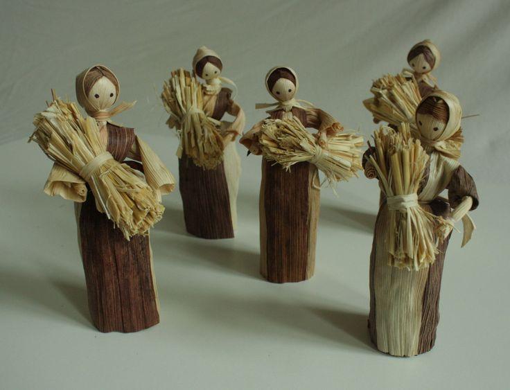 """""""Sběračky slámy"""" - panenka z kukuřičného šustí Interiérová dekorace v přírodních barvách - panenka z kukuřičného šustí. Panenka má v náruči otep slámy. Jde o ruční práci, každá panenka má trochu jiný pohyb. Liší se v detailech i v barvách šatiček. Tyto panenky se dají použít i do betlému jako darovnice. Výška stojící figurky je 15 - 16 cm. Cena je za ..."""