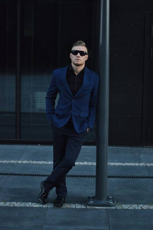 Styl i klasa. Wyrafinowany Gentleman wybrał naszą odzież do swojej stylizacji wywołując Efekt WOW.  Koszula -> http://bit.ly/Denley_Czarna Marynarka -> http://bit.ly/Denley_Granatowa Spodnie -> http://bit.ly/Chinosy__Denley_Granatowe  Postaw na nasze produkty i wyglądaj jak Klaudiusz! -> http://bit.ly/WyrafinowanyGentleman