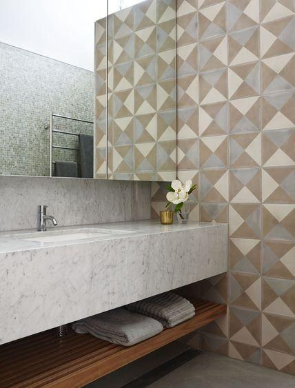 Lavabo com azulejo descolado e prateleira de madeira embaixo da bancada