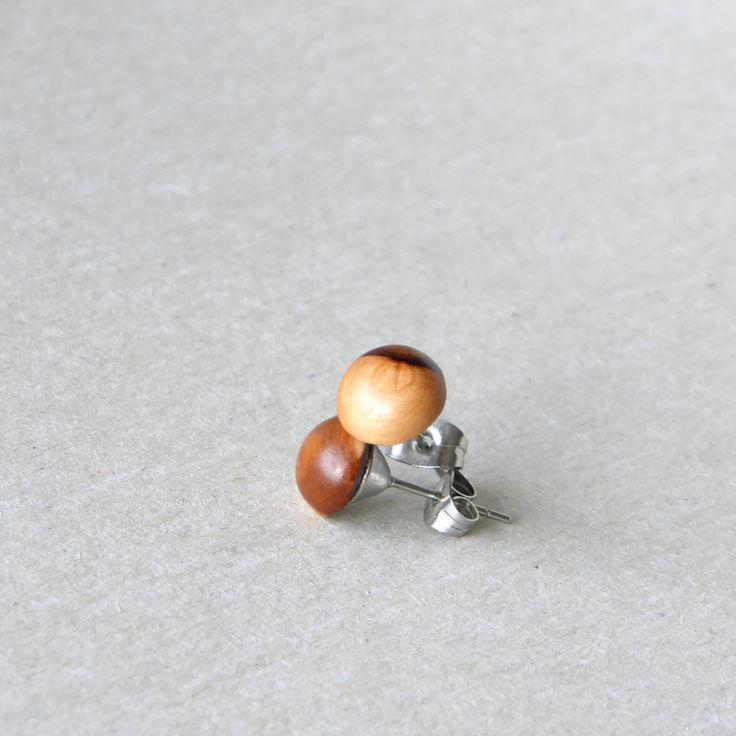 Tradiční+netradiční+II.+Dřevěné,+ručně+vyřezávané+náušnice+-+puzety+z+jabloňovéhodřeva+s+nápaditou+strukturou+Velikost:cca+0,9x0,9cm,+tl.cca+0,7cm+Materiál:+jabloň,leštěné,+kaméliovýolej,+šelak+Puzetyjsou+z+chirurgické+oceli+Lehký+déšť+nevadí+(vyzkoušeno),+jináč+vodu+nedoporučuji