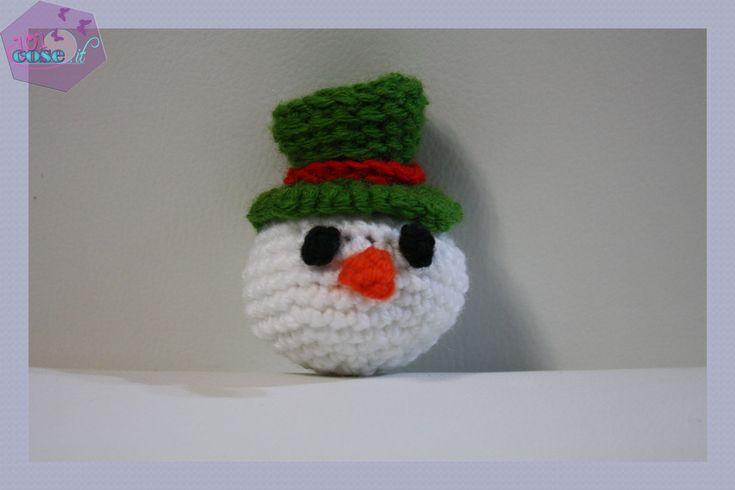 In questo tutorial impareremo come fare un pupazzo di Neve all'uncinetto, con la tecnica degli amigurumi; una decorazione natalizia veramente bella