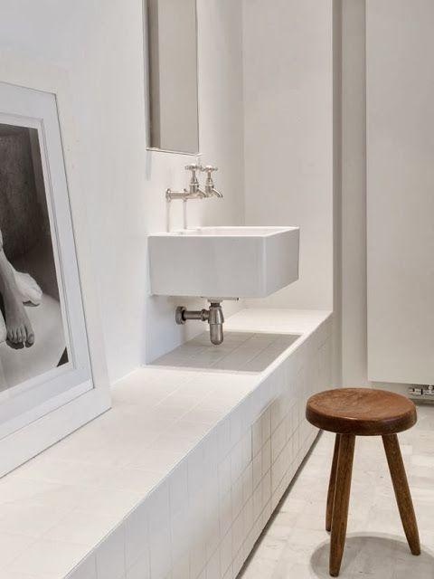 wit doorlopende kast+ vrijhangende wastafel wit