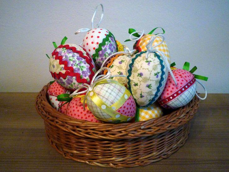 Polystyrénová vejce přeměněná do velikonočních barev.