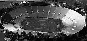 Estadio Rose Bowl. Inaugurado en 1922; fue sede de la Copa Mundial 1994 y del Mundial femenino 1999[allí se jugaron ambas finales], y del torneo de fútbol de los Juegos Olímpicos 1984. Jugaron en él sus partidos de local los equipos de la NASL: Los Angeles Wolves (1968) y Los Angeles Aztecs (1978–1979), y de la MLS: Los Angeles Galaxy (1996–2003). Posee capacidad para 92.000 espectadores. Fue sede de cinco Super Bowl:XI(1977),XIV(1980),XVII(1983),XXI(1987) yXXVII(1993)