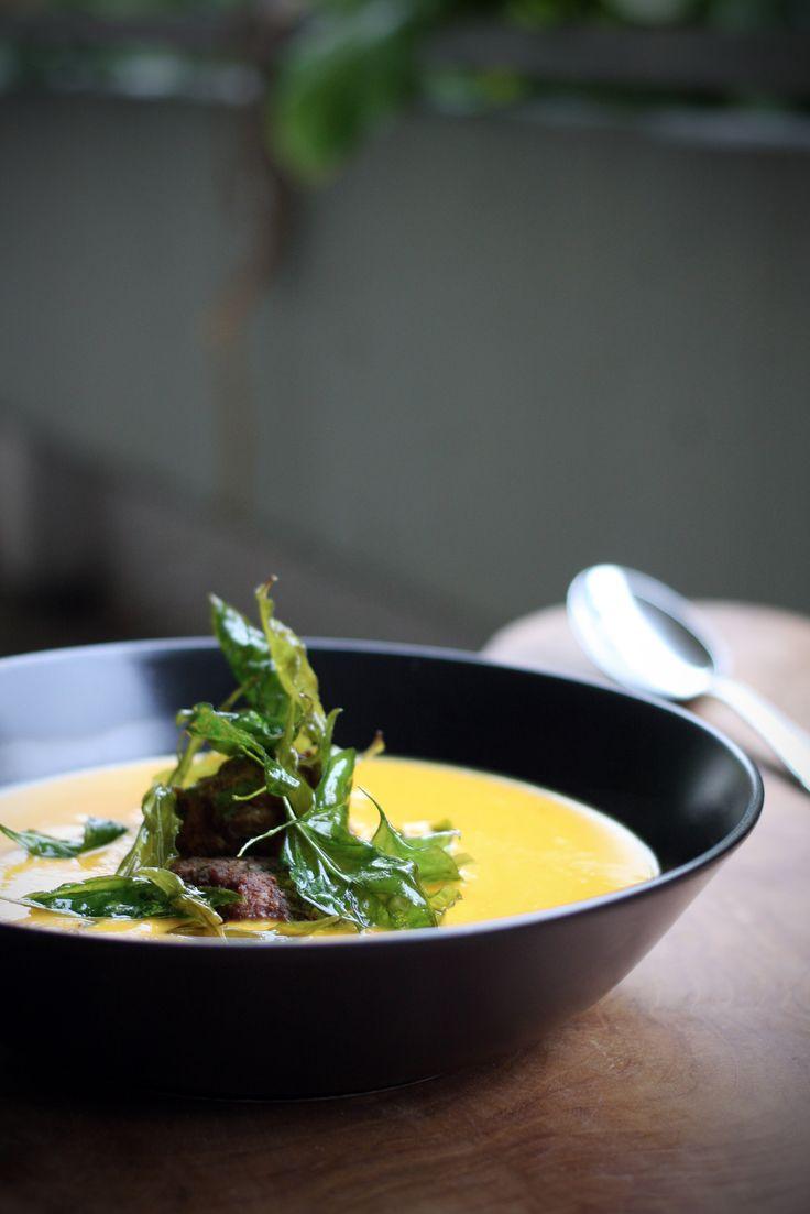 Kürbis-Kokos-Suppe mit Thaicurry-Hackbällchen und knusprigem Thai-Basilikum