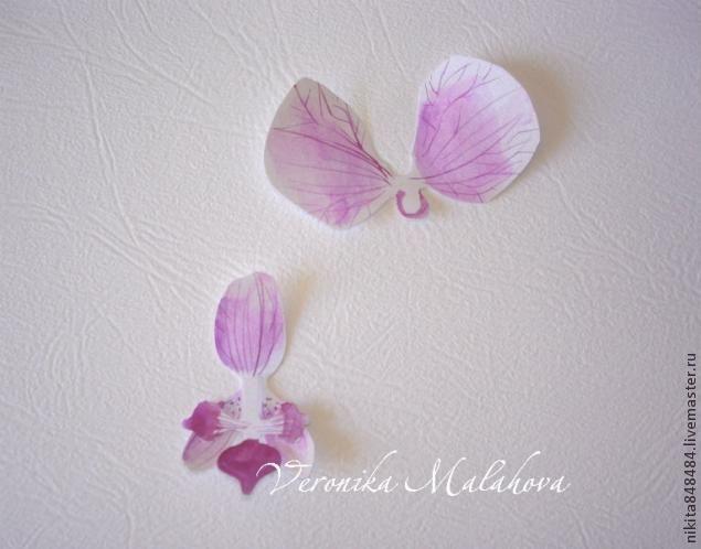 Хочу предложить вашему вниманию несложный мастер-класс по изготовлению декоративного элемента — цветок орхидеи. Он может быть центральным элементом, например, открытки или альбома. Он сам по себе выглядит очень роскошным и подарит неповторимость вашей работе! Нам потребуется: - плотная бумага, лучше если она будет с тиснением, или дизайнерский картон; - краски любые; - ножницы; - карандаш; - кисть; - клей; - баночка с водой.