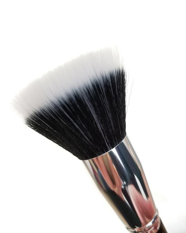 The duo-fiber bristles of our Large Duo Fiber Brush F201 are designed to pick up and release lighter amounts of makeup for buildable application and a flawless airbrushed finish. Do you own a duo fiber brush?   Our brushes are handmade and last a lifetime. Visit our website at the link in our bio to start investing in your makeup tools.  #lashylicious #farahpromakeup #makeupbrushes #duofiberbrush #flawlessmakeup @farahpromakeup