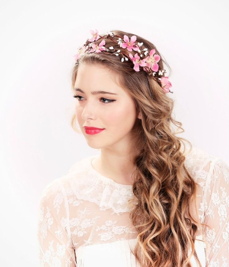 Halboffen Brautfrisur mit Wellen und Diadem aus rosa Stoffblumen