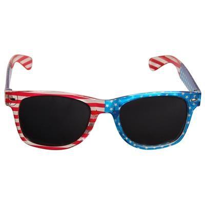 😎 Solbriller med klart stel og lyst USA flag 99.00 DKK.  Fede solbriller med Stars and Stripes på et transparent brillestel. USA solbrillerne er inspireret af de kendte Ray Ban Wayfarer solbriller. De lyse Stars and Stripes giver en fantastisk flot effekt på det klare brillestel. Solen vil føles mindre skarp med disse fine solbriller.