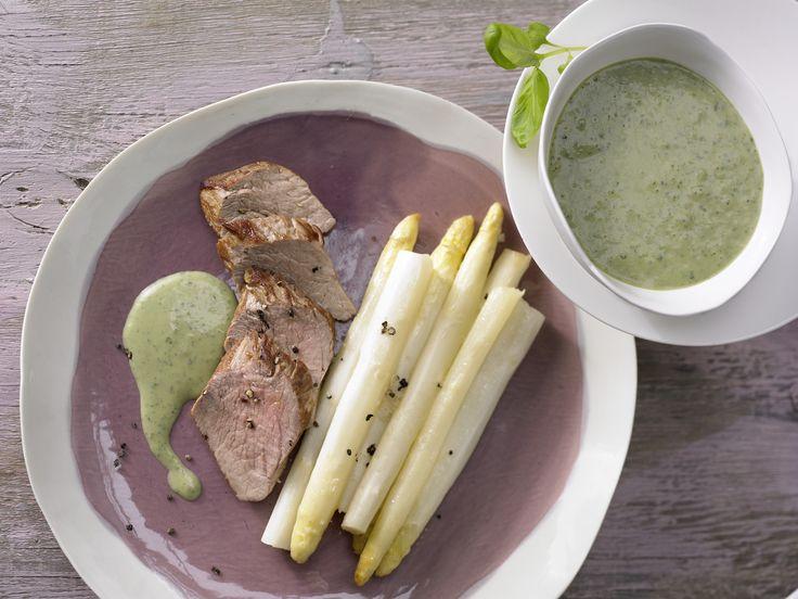 Auch im Ofen lässt sich Spargel zubereiten. Spargel aus dem Ofen - mit Schweinefilet und Basilikumsauce - smarter - Kalorien: 275 Kcal - Zeit: 1 Std. 15 Min. | eatsmarter.de