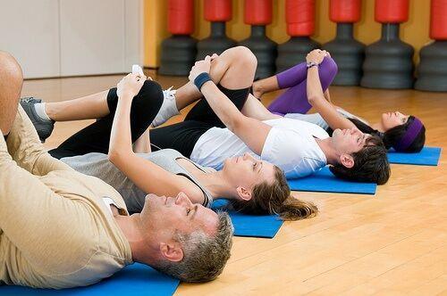 Para aliviar a dor lombar podemos apostar em atividades físicas de baixo impacto, como por exemplo a caminhada, as aulas de ioga e os alongamentos.