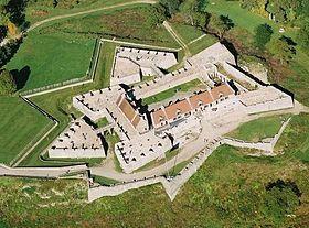 Le Fort Carillon fut construit par Pierre de Rigaud de Vaudreuil, gouverneur de la NOUVELLE-FRANCE, pour protéger le lac Champlain d'une invasion britannique.