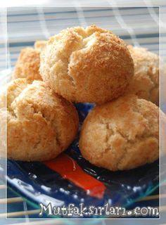 Hindistan Cevizli Kurabiye hani şu pastanelerde görüpte beğendiğiniz birazcıkta bundan alayım dediğiniz görünümde bir kurabiye, lezzetide cabası. Herkese şimdiden afiyet olsun! Malzemeler: 1 paket margarin (250 gr) 5 yemek kaşığı pudra şekeri 1 paket kabartma…