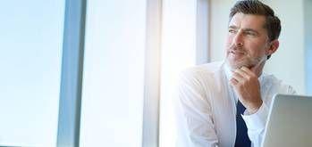 Pour rédiger un bon CV, il vous faut absolument y intégrer des verbes d'action. Pourquoi les recruteurs adorent ça et lesquels choisir pour votre candidature ? Cadremploi explique ce qu'il faut savoir sur ces petits détails qui changent tout.
