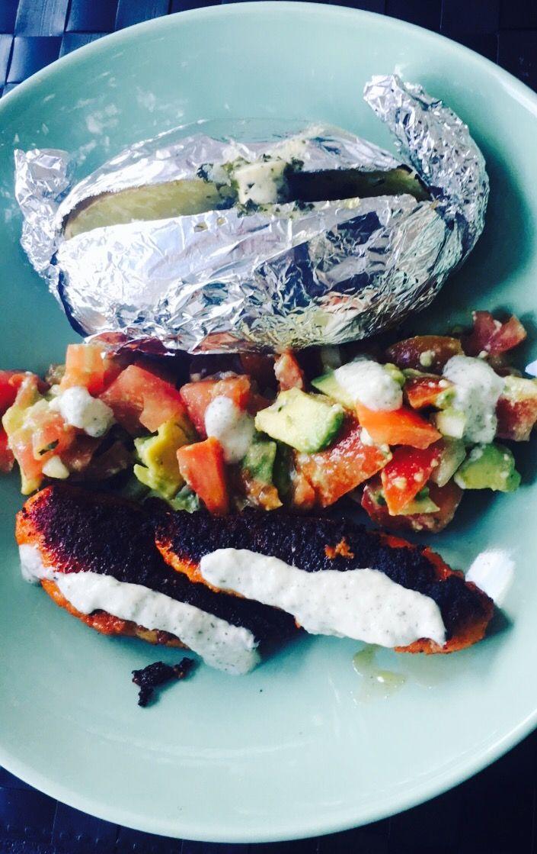 Aardappel in schil / avocado - tomatensalade / gepaneerde kip / lookdressing
