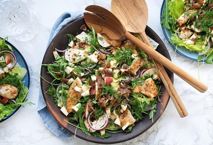 Kyllingesalat med æbler bacon og karry dressing smager helt vildt lækkert - her får I en skøn og nem opskrift på god salat med kylling