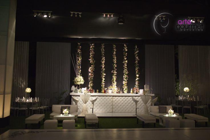 Area Bar en tonos perla con Muebles Lounge y mesitas de Bar vestidas con organza perla