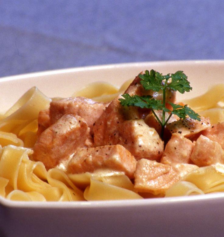Tagliatelles aux dés de saumon frais - les meilleures recettes de cuisine d'Ôdélices