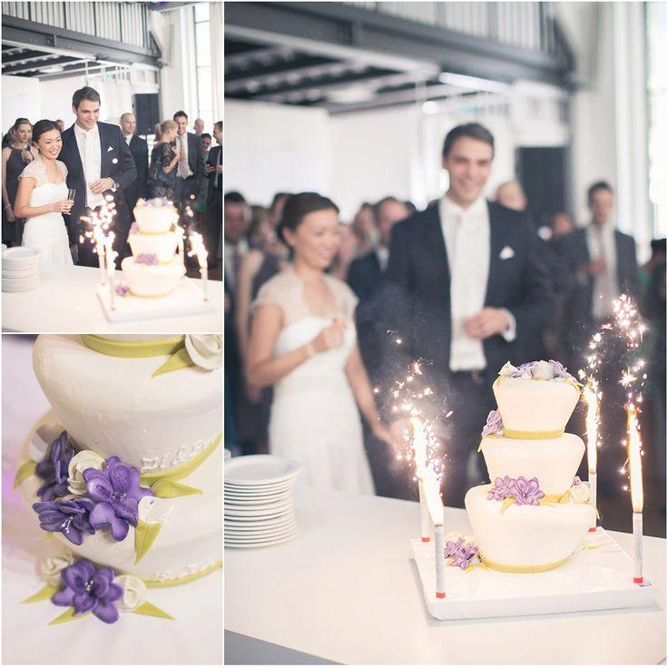 Hochzeitsfeier, Hochzeitstorte anschneiden, Brautpaar, Braut, Bräutigam, Brautkleid, Spitze, Torte, lila, grün, Blumen, Hochzeit, Blumen: bloombox düsseldorf, Foto: Violeta Pelivan