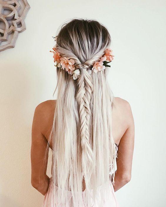 Un estilo boho con un arrelgo de flores. #Trenzas #Hair