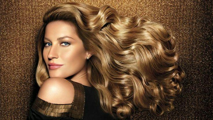 Gisele Bundchen con capelli lunghi e mossi, colore biondo caramello molto luminoso