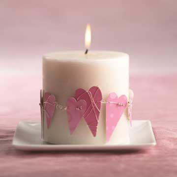 Kerzen verschönern für den Valentinstag.