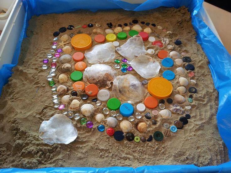 * Een wasmachine-bak, een vuilniszak, een paar scheppen nat zand en een verzameling rommeltjes! Gegarandeerd uren speelplezier (met een heleboel rekenvaardigheden)!