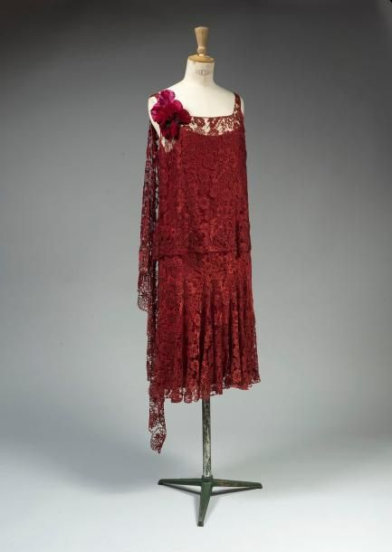 Robe de cocktail, Chanel (attr.), ca. 1925. Bordeaux couleur dentelle Marescot coupé pour donner un look en deux parties. Panneau asymétrique longueur drapé sur l'épaule.