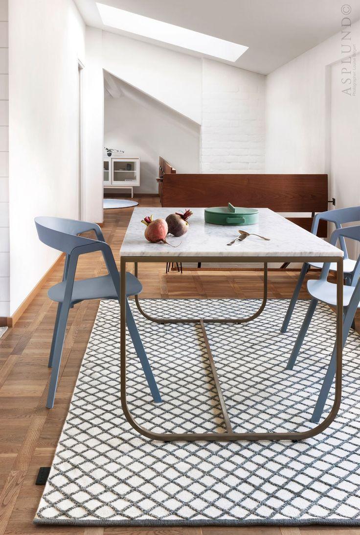 Tati Table, matbord formgivet av Mats Broberg och Johan Ridderstråle för Asplund.Magasinet Sköna Hem utsåg serien Tati till årets möbel 2012. Formspråket i serien kombinerar mjuka och strikta former med oväntade material och färger. Stommen på Tati Table är tillverkad i lackad metall. Välj bordsskiva i ek eller vitlackad ask. Tati Table 140 finns även att få med bordsskiva i marmor.Tati Table finns i tre längder - 140, 200 och 260 cm. Tati Table 140 finns även att få med bordsskiva i…