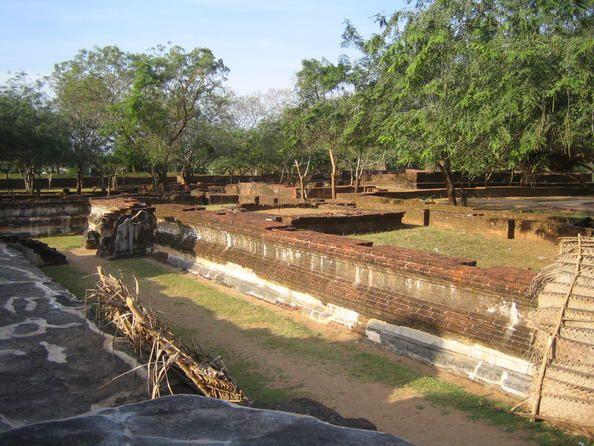 Sri Lanka 01 Antigua ciudad de Polonnaruwa  Segunda capital de Sri Lanka después de la destrucción de Anuradhapura en el año 993, la ciudad de Polonnaruwa posee una serie de monumentos brahmánicos edificados por la dinastía de los cholas, así los vestigios monumentales de la fabulosa ciudad-jardín creada en el siglo XII por Parakramabahu el Grande.