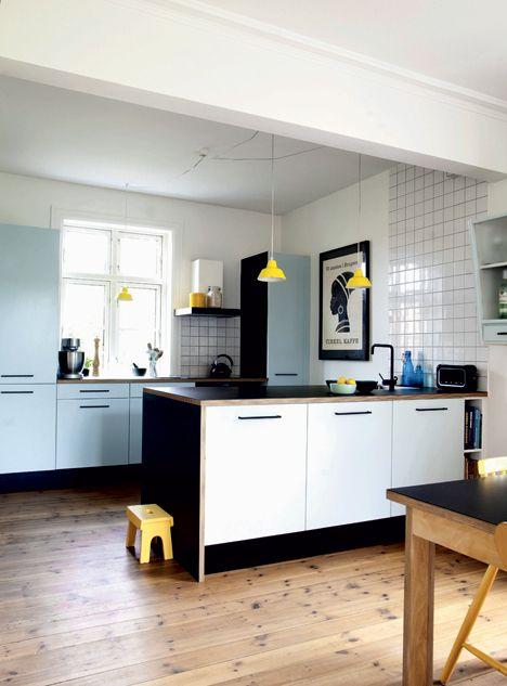 Selve køkkenet er fra Ikea, men lågerne er blevet lakeret lyseblå med inspiration fra 50'erne, og bordpladen er speciallavet af Nicholas Rose fra LLLP af krydsfiner og sort linoleum